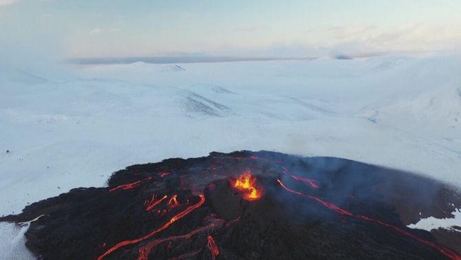 Neu i foc al volcà Fagradalsfjall