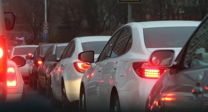 Cua de cotxes en una ciutat