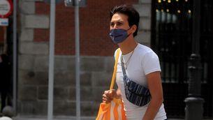 Un jove amb mascareta, divendres passat a Madrid (EFE/Fernando Alvarado)