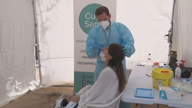 Un sanitari fa un test d'antígens a una pacient