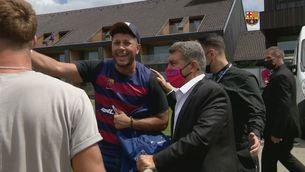 L'emoció d'un aficionat alemany quan Laporta li firma una samarreta