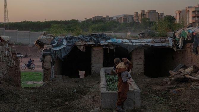 Camp de desplaçats afganesos a les afores d'Islamabad. Hi viuen unes 500 famílies, la majoria van arribar als anys 80 al Pakistan.