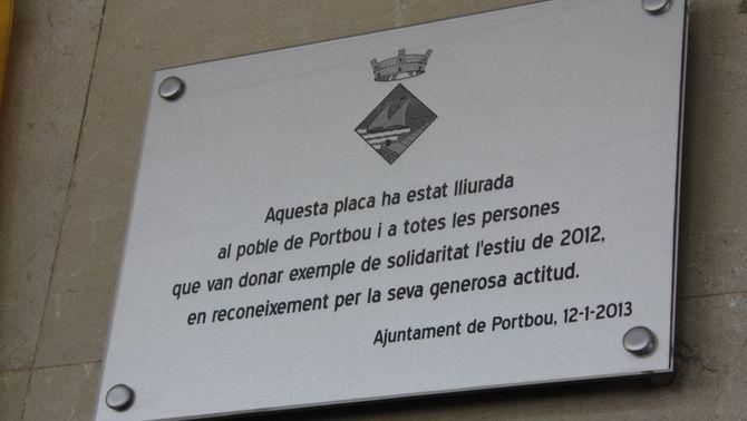 Placa commemorativa descoberta a Portbou en agraïment als veïns que van ajudar a l'incendi del 2012. (Foto: ACN)