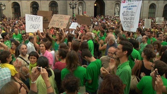 Centenars de persones s'han concentrat a la plaça Sant Jaume de Barcelona per donar suport als docents de Balears.