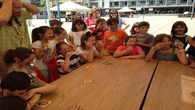 En la imatge tot de nens i pares jugant a un joc de rol al voltant d'una taula. Imatge del 8 de juny de 2016. (horitzontal)
