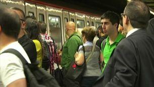 Andanes plenes en una nova aturada del metro