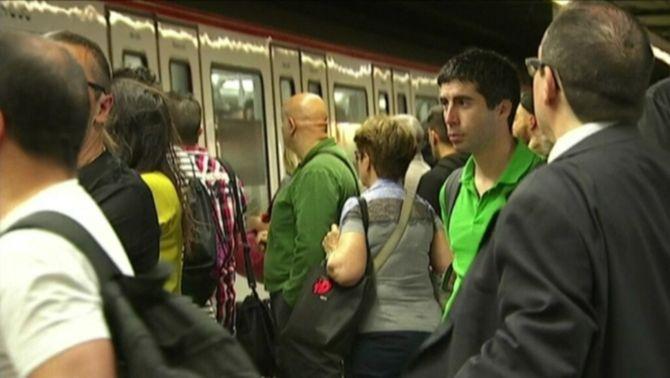 La vaga del metro provoca aglomeracions i obliga a regular l'accés dels passatgers