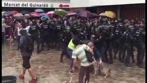 Intervenció policial al col·legi electoral a les portes del Mercat del Guinardó de Barcelona