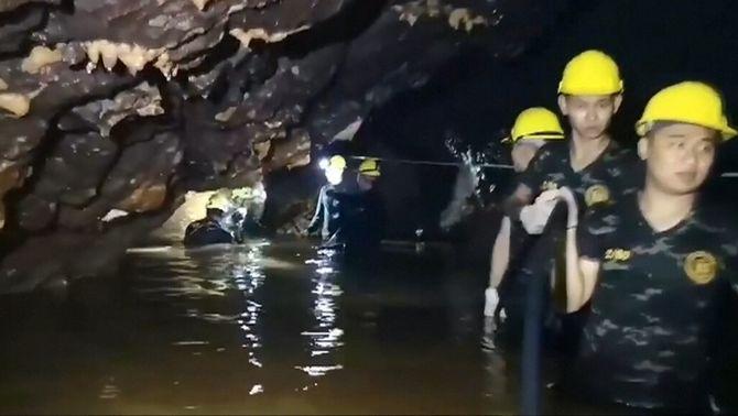 Feines per rescatar els 12 nens i l'adult atrapats a una cova de Tailàndia el 2018 (Reuters)