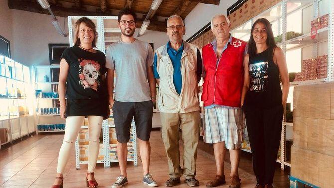Pla general dels responsables del projecte Aliments per la Solidaritat i de l'associació de cases turístiques Narieda Rural, en una imatge faci…