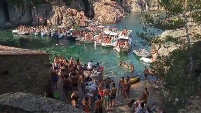 Denuncien festes privades multitudinàries en cales protegides de la Costa Brava