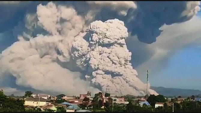 """""""Time-lapse"""" de la gran erupció múltiple del con del volcà Sinabung, a Indonèsia"""