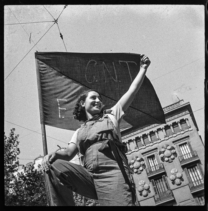 'Miliciana en una barricada del carrer Hospital', 1936, juliol