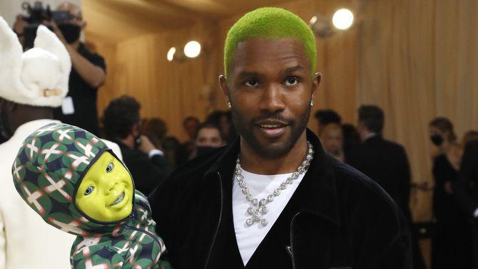 El cantant Frank Ocean ha aparegut amb un nadó robot als braços, de color verd, com el seu cabell (ReutersS/Mario Anzuoni)