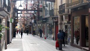 Persones passejant pel carrer Major de Puigcerdà, amb menys afluència de gent pel confinament perimetral