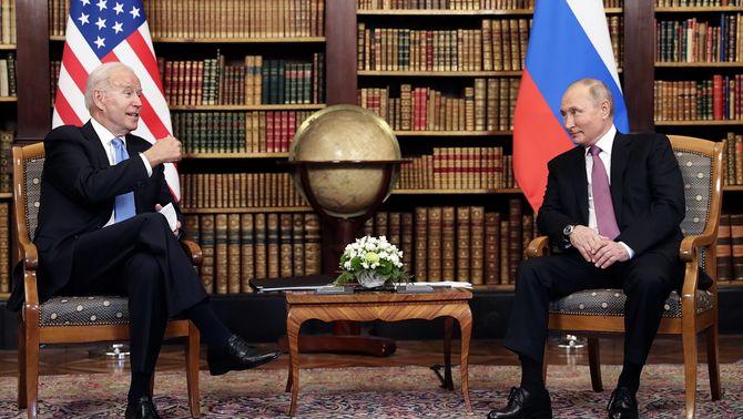 Biden i Putin, asseguts, durant la cimera entre els Estats Units i Rússia, a Ginebra (EFE / Mikhail Metzel - Sputnik)