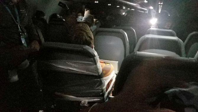 Maxwell Berry, lligat al seient de l'avió amb cinta adhesiva (Reuters/Alfredo Rivera)