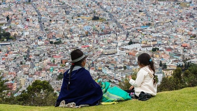 Dona i nena davant de Quito