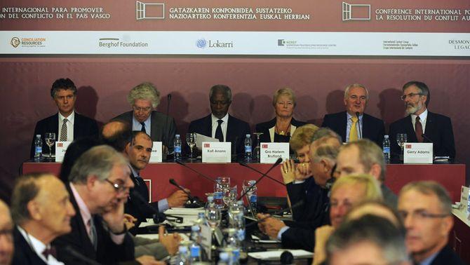 La conferència demana que ETA aturi la violència i que els governs s'obrin al diàleg