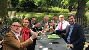Els consellers cessats que són a Bèlgica, aquest dimecres celebrant amb els seus advocats la decisió del jutge belga
