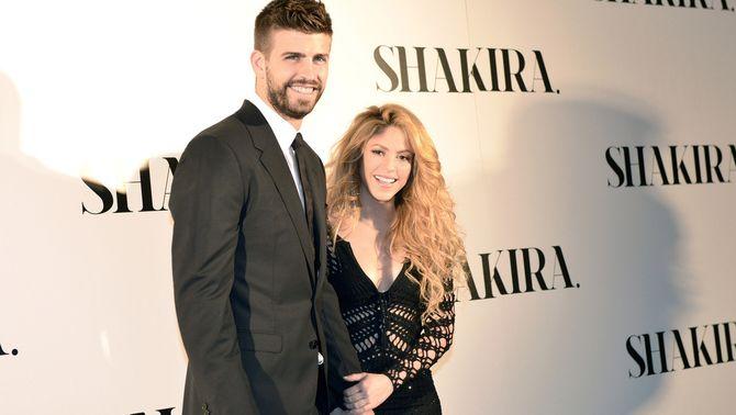 Pla mitjà de Shakira i la seva parella, Gerard Piqué, durant la presentació d'un disc de la cantant colombiana el 21-3-14 (horitzontal).