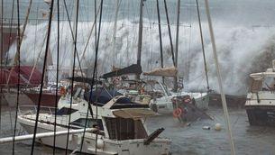 Ls onades superen l'escullera i enfonsen un vaixell a Barcelona a causa del temporal Gloria