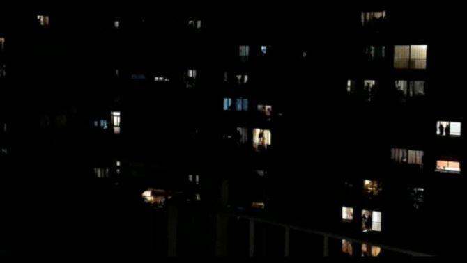 Els balcons s'omplen d'aplaudiments per als sanitaris que combaten el coronavirus
