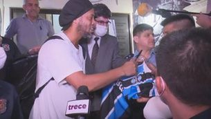 L'exjugador del Barça Ronaldinho surt de la presó del Paraguai després de pagar una fiança