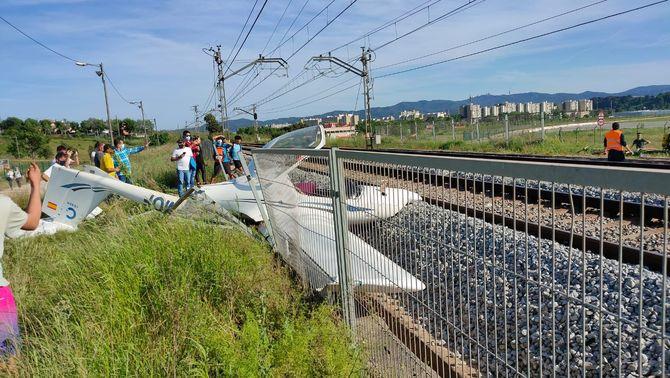 Una avioneta s'estavella a tocar de les vies del tren, prop de l'aeroport de Sabadell