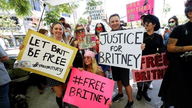 Cartells de 'Free Britney' als voltants del tribunal de Los Angeles