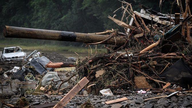 Un cotxe esclafat, runa i fusta s'acumulen en un carrer de Schuld