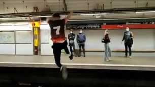 Un dels salts del jove captat en el vídeo que ha penjat a Instagram