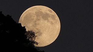 Lluna des de Sant Fost de Campsentelles (Foto: Lina i Cristian)