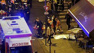 Ferits i policia e un dels carrers de París on hi ha hagut els atemptats (Reuters)