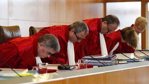 Els jutges del Tribunal Constitucional alemany s'asseuen en el començament d'una sessió (Reuters)