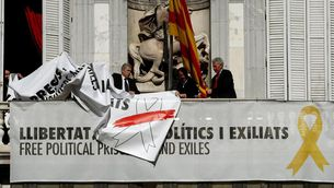 """La Moncloa demana contundència a la Junta Electoral pel llaç blanc: """"És una presa de pèl"""""""