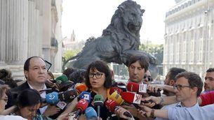 Diana Riba envoltada de periodistes a l'entrada de les Corts (EFE)