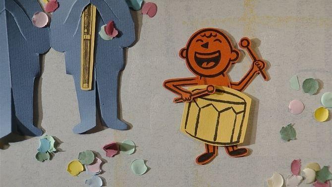 Un nen petit tocant un timbal i envoltat de confetti