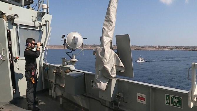 El vaixell de l'Armada enviat per ajudar l'Open Arms, sense permís per entrar a port