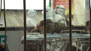 Els mitjans oficials donen per mort el metge que va alertar del coronavirus i l'hospital ho desmenteix