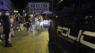 Arreu d'Espanya celebren la fi del toc de queda sortint al carrer a partir de la mitjanit