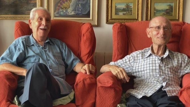El Jordi i el Ramon asseguts a les butaques de casa seva