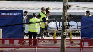 Equips d'emergència a l'estació de tren de Castelldefels el dia de l'accident (Foto: EFE)