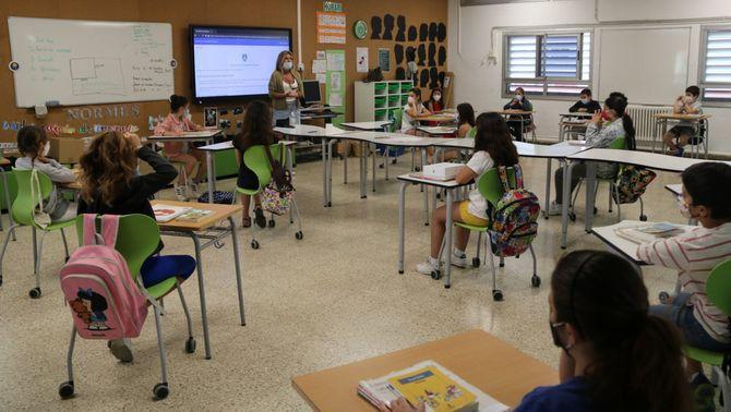 Una classe amb alumnes separats i la mestra amb mascareta