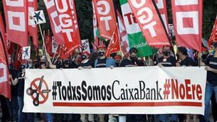 Protesta dels sindicats davant el pavelló on s'ha fet la junta d'accionistes de CaixaBank (EFE/ Biel Aliño)