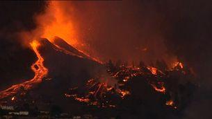 Imatges nocturnes del volcà Cumbre Vieja en erupció