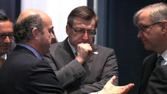 Imatge d'arxiu del ministre De Guindos parlant amb els seus col·legues europeus a la cimera de l'Eurogrup