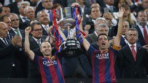 Xavi i Iniesta aixequen la Copa del Rei del 2015 (REUTERS)