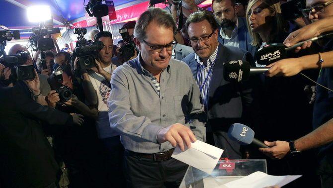 """El president de la Generalitat, Artur Mas, vota entre crits d'""""independència, independència!"""""""