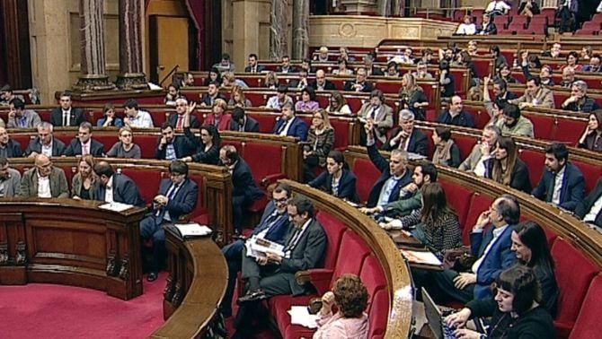 Confusió i errors de votació al ple del Parlament